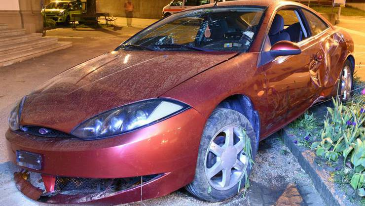 Ein Mann verlor die Kontrolle über sein Auto. Dieses geriet über den rechten Strassenrand, überquerte ein Trottoir, prallte in ein parkiertes Auto und anschliessend gegen eine kleinere Mauer am Ende eines Parkplatzes.