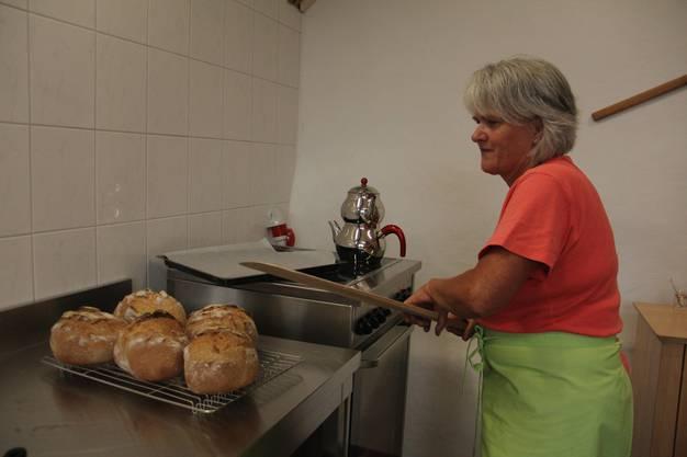 Impressionen von der Bachstube am Bach des Betreuungsteams Asyl in Effingen, wo jeden Mittwochmorgen Brot aus verschiedenen Ländern gebacken wird. Barbara Schütz holt das Brot aus dem Backofen, das im Nu verkauft ist.