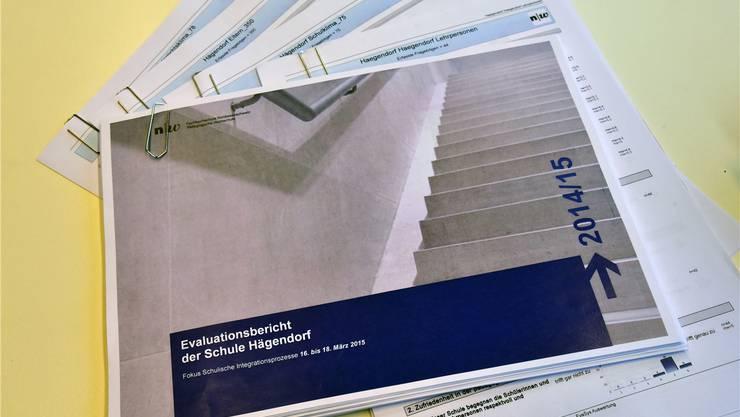Viel Papier: Der externe Schulevaluationsbericht mit allen Grundlagen für die Primarschule Hägendorf.