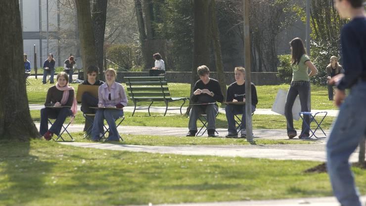 Störche nisten auf dem Kamin beim Fegetz-Schulhaus und werden von Kanti-Schülern beobachtet und gezeichnet. 3.4.2004