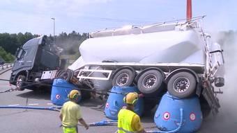 Am Mittag legt sich ein mit Beton beladene LKW beim Autobahnausfahrts-Kreisel in Mägenwil auf die Seite.
