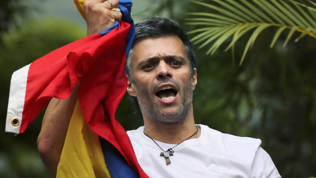 Leopoldo Lopez, Oppositionsführer in Venezuela, ist nach knapp eineinhalb Jahren in der spanischen Botschaft in Caracas aus Venezuela geflüchtet.