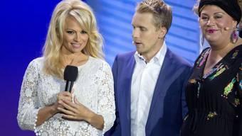 Pamela Anderson (l) vor ihrem Einzug ins Promi Big Brother Haus