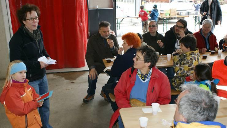 Gemeinderätin Françoise Moser dankt den freiwilligen Helfern. ach