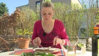 Cornelia Schwery sucht sich ihr Essen in der Natur und sammelt im Wald und