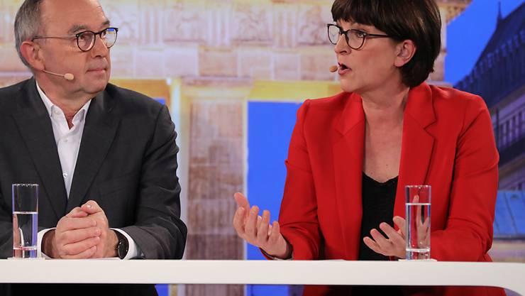 Die SPD wird künftig von einer Doppelspitze geführt. Beim Mitgliederentscheid über den Parteivorsitz setzten sich der frühere nordrhein-westfälische Finanzminister Norbert Walter-Borjans und die Bundestagsabgeordnete Saskia Esken durch. (Archivbild)
