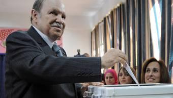 Abdelaziz Bouteflika gibt im Mai seine Stimme bei den Parlamentswahlen ab (Archiv)