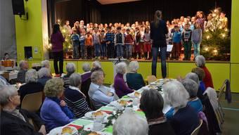 Der Schülerchor aus 120 Mädchen und Knaben trägt an der Seniorenweihnacht herzerwärmende Weihnachtslieder vor.