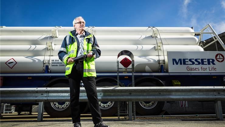 Einmal volltanken? Bruno Suter von der Messer Schweiz AG an der (derzeit noch) einzigen öffentlich zugänglichen Schweizer Wasserstoff-Tankstelle in Lenzburg. Chris Iseli