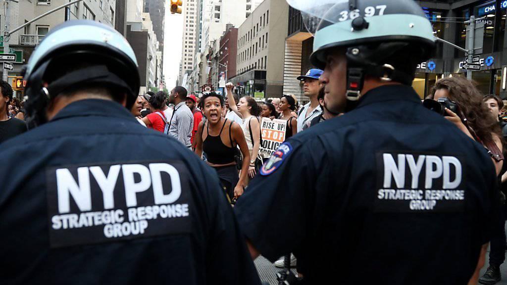Behelmte Polizisten vor einigen Tagen bei einer Demonstration in New York: Künftig sollen Polizisten in New York mit schusssicheren Helmen auf Patrouille gehen. (Archivbild)