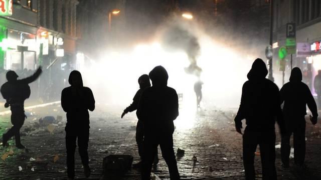 Randalierer liefern sich Strassenschlachten mit der Polizei