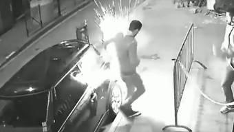 Von einer Überwachungskamera aufgezeichnet: Hier explodiert eine E-Zigarette in der Jackentasche eines Mannes.