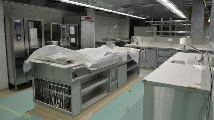 Noch sind Teile der Kücheneinrichtung abgedeckt, nächste Woche wird alles dem neuen Küchenteam übergeben.