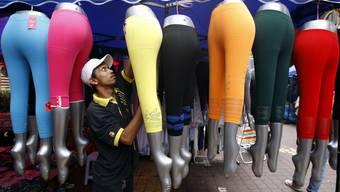 Leggings in allen Farben - ausgestellt in Malaysia.