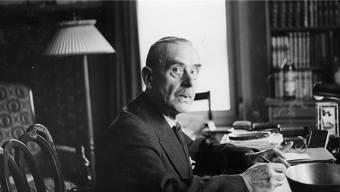 Thomas Mann Mitte der 1930er-Jahre in seinem Haus im zürcherischen Erlenbach. Einst schrieb Mann im Alter von 25 Jahren «Die Buddenbrooks».