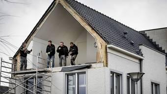 Obwohl im Januar das Sturmtief Friederike für diverse Schäden in Europa sorgte sind insgesamt die auf Naturkatastrophen zurückzuführenden Schäden in der ersten Jahreshälfte nur etwa halb so hoch wie im Vorjahr ausgefallen. Im Bild: Sturmschaden in den Niederlanden. (Archivbild)