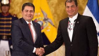 Juan Orlando Hernandez (links) und Rafael Correa in Quito