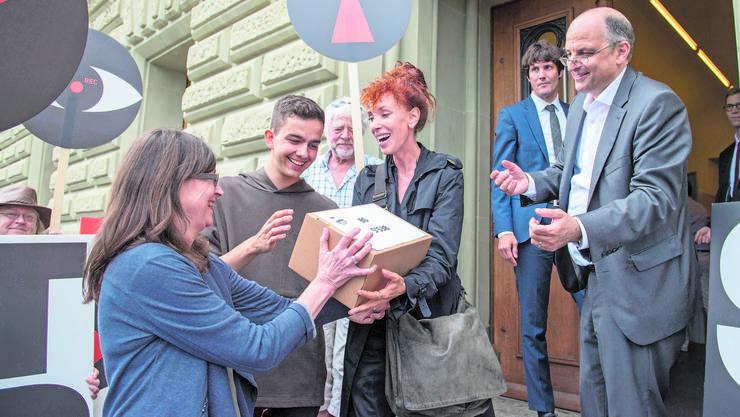 Eine der Vorlagen, die von Wecollect unterstützt wurden: Das Sozialdetektiv- Referendum mit Autorin Sibylle Berg (Mitte) als treibende Kraft.