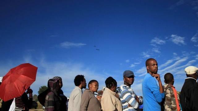 Vor einem Wahllokal in Maseru bildetet sich eine lange Schlange
