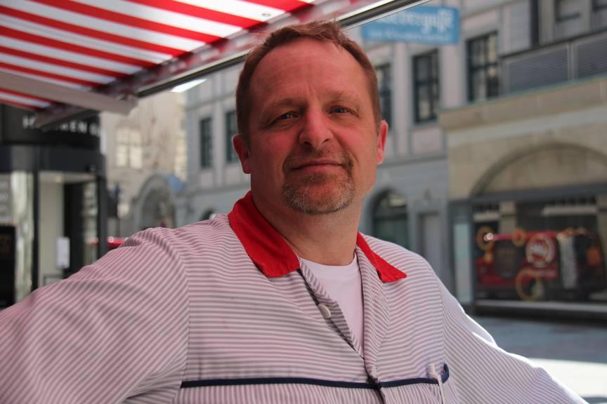 Ralf Cassani verköstigt die Schnitzeljäger mit einer echten St.Galler Bratwurst – auf Wunsch, aber widerwillig auch mit Senf