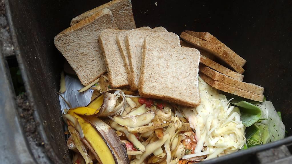 Jeden Tag landen Unmengen Lebensmittel im Abfalleimer - dabei könnte man vieles davon noch essen. Das Parlament ruft den Bundesrat nun zum Handeln auf. (Themenbild)