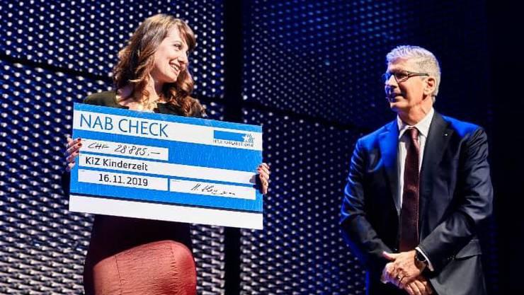 Milena Wenger bei der Übergabe des Spendenschecks 2019