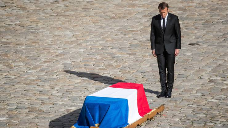 Emmanuel Macron erweist Chirac die letzte Ehre.