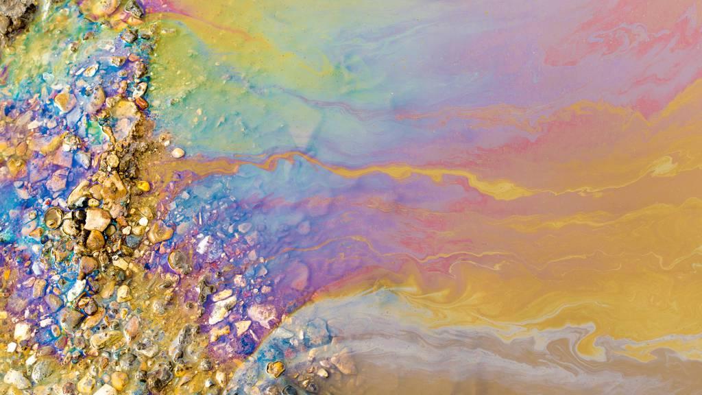 Dieselöl gelangte mit Wasser vermischt in die Natur. (Symbolbild)
