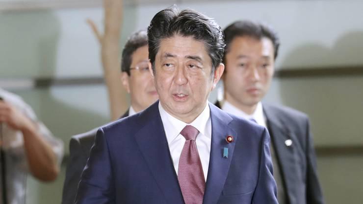 Der erfolgsverwöhnte Ministerpräsident Abe reagiert auf die zuletzt schlechten Zustimmungswerte für seine Politik: Er stellte das Regierungskabinett teilweise um.