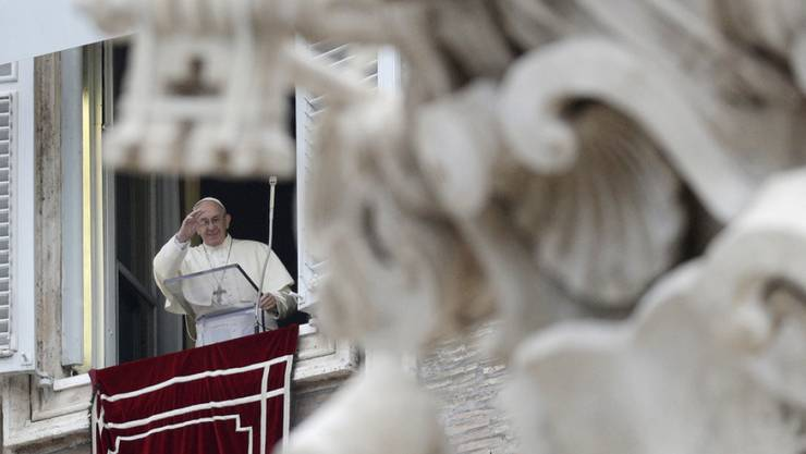Papst Franziskus hat in der Neujahrsmesse und vor dem Angelus-Gebet auf dem Petersplatz zu Frieden und Solidarität aufgerufen.