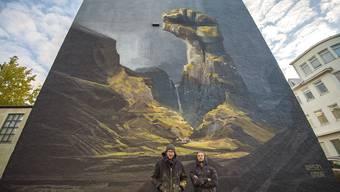 Die Solothurner Onur Dinc (l.) und Remo Lienhard vor einem Wandbild, das sie in Island geschaffen haben.