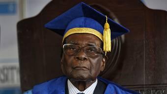 Nach Mugabes 37-jähriger Herrschaft in Simbabwe hat die Regierungspartei Zanu-PF einen Machtwechsel eingeleitet. Sie setzte Mugabe als Parteichef ab. Das Bild zeigt Mugabe bei der Teilnahme an der Abschlussfeier einer Universität in Harare am letzten Freitag.