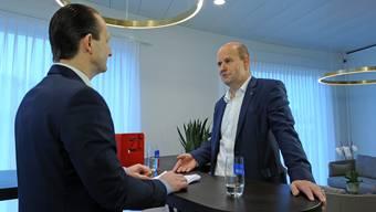 Ein bodenständiger Bankchef, der lieber auf Krawatten verzichtet: Dieter Widmer am Donnerstag in der Niederlassung Oftringen beim ZT-Talk.