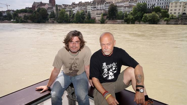 Lange Gesichter bei Tino Krattiger und Roland Schaad: Wegen des Hochwassers kann ihr Kulturfloss nicht rechtzeitig anlegen.