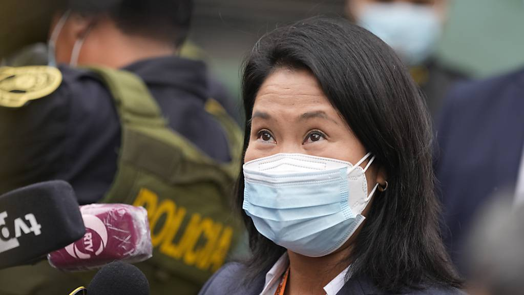 Präsidentschaftskandidatin Keiko Fujimori spricht zu den Medien, nachdem sie das Gericht verlassen hat. Foto: Martin Mejia/AP/dpa