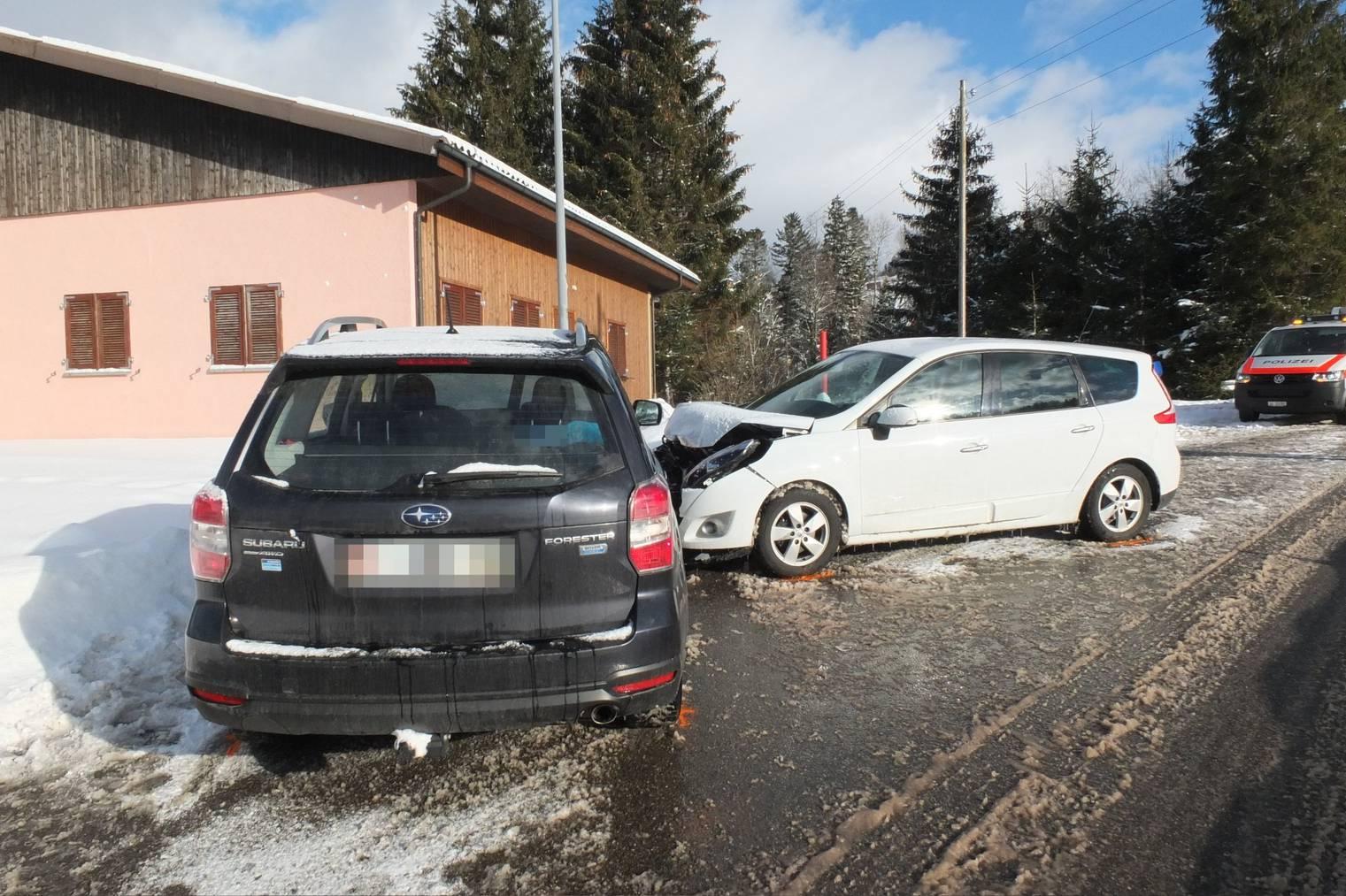 Trotz heftigem Aufprall wurde beim Unfall bei Oberhelfenschwil niemand verletzt. © Kapo SG