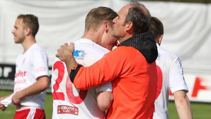 FC Muri Trainer Beat Hubeli freut sich mit 1:0-Skorer David Studer.