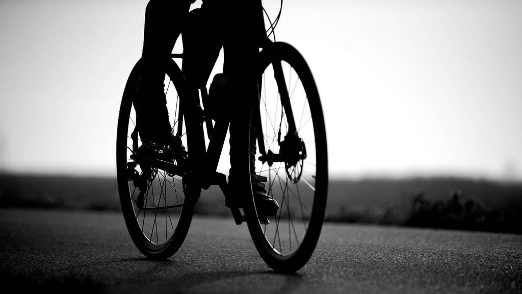 Rennradfahrerin prallt in Lieferwagen – Polizei sucht Zeugen