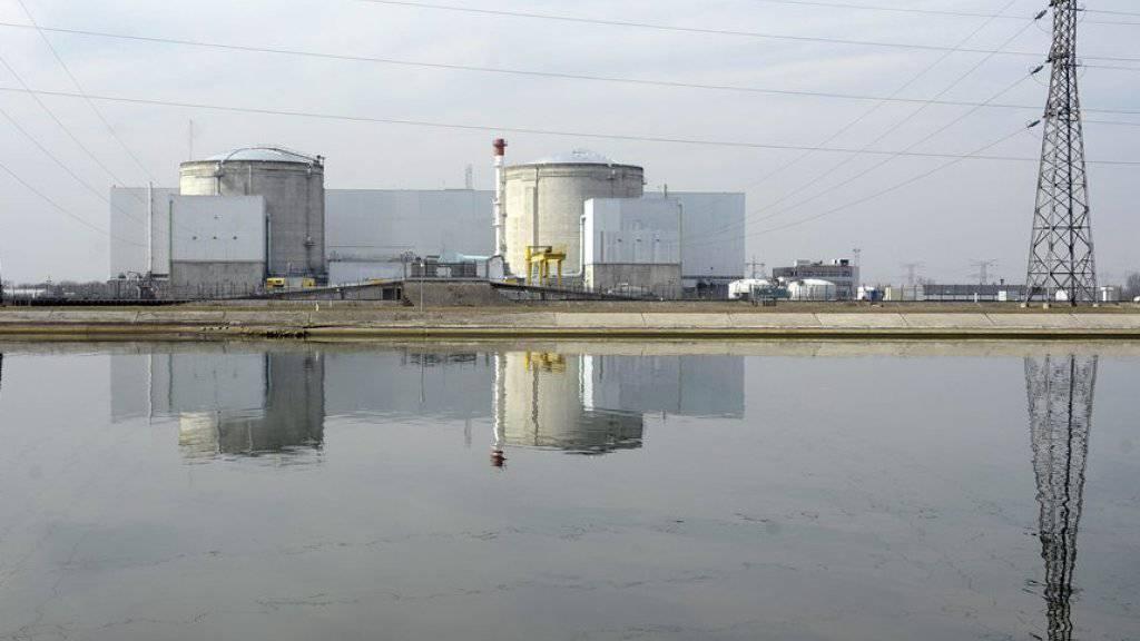 Blick auf das Atomkraftwerk Fessenheim, das geschlossen werden soll, sobald in Flamanville ein moderner Atomreaktor in Betrieb ist. Dies soll frühestens 2019 der Fall sein. Die Anlage in Fessenheim liegt rund 40 Kilometer nördlich von Basel.