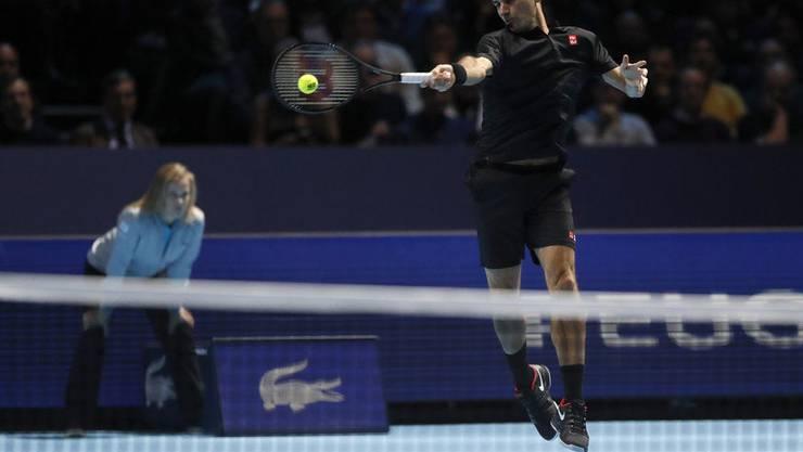 Manchmal fliegt Federer förmlich über den Court, das muss er auch heute gegen Djokovic tun.