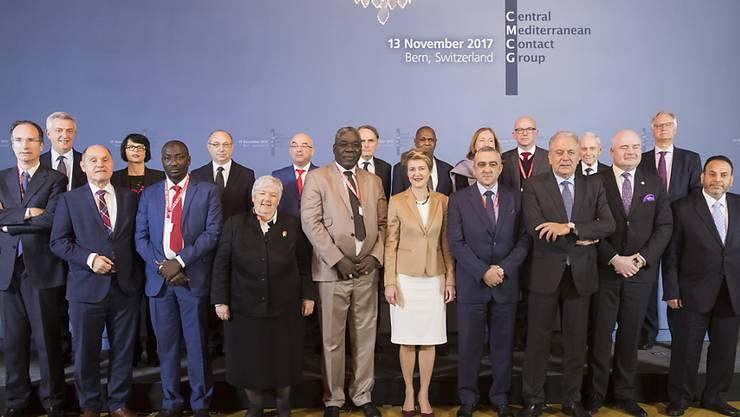 """Bundesrätin Simonetta Sommaruga mit der """"Kontaktgruppe zentrales Mittelmeer"""", die sich am Montag in Bern getroffen hat."""