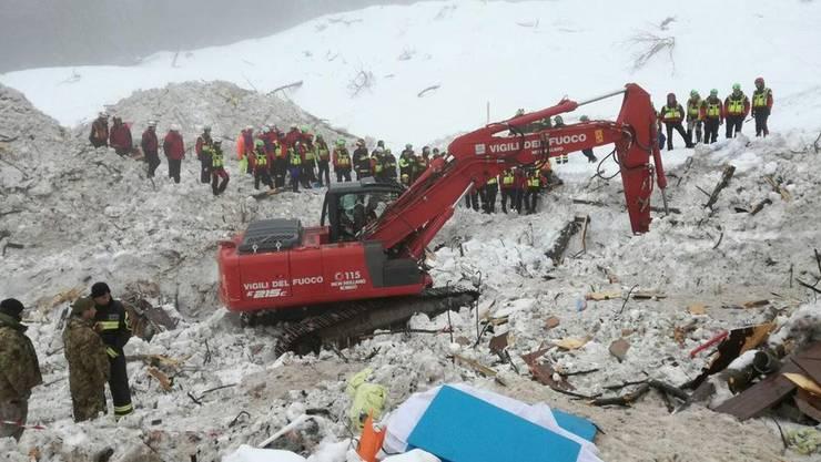 Rettungskräfte beim verschütteten Hotel in Italien.