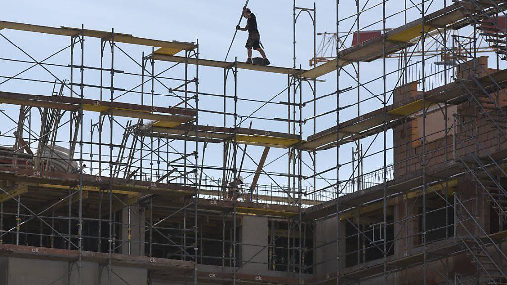 Tiefe Zinsen und Anlagenotstand sorgen dafür, dass der Wohnungsbau attraktiv bleibt. Das wirkt stabilisierend auf die Mieten. (Archivbild)