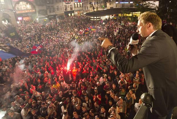Thorsten Fink spricht zu den tausenden Fans auf dem Seibi.