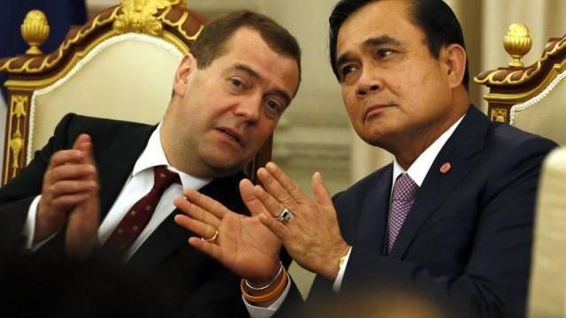 Medwedew (l.) im Gespräch mit seinem Gastgeber Prayuth Chan-ocha