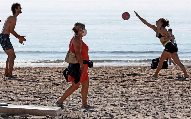 Abstand halten! An den Stränden Europas wie hier in der Nähe der spanischen Stadt Valencia, gelten in diesem Sommer besondere Regeln.