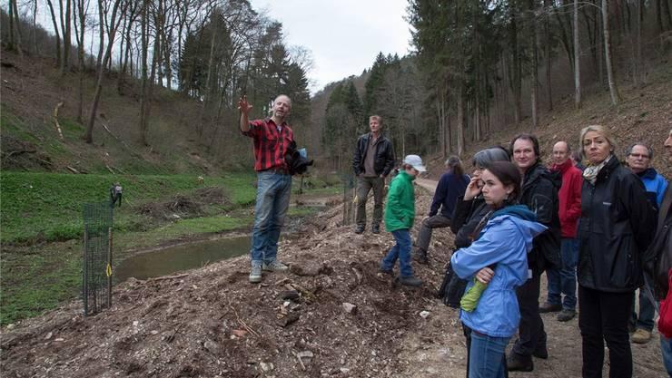 Projektleiter Felix Berchten (links) erklärt den Interessierten, was sich im Brunnenbachtal verändern soll.