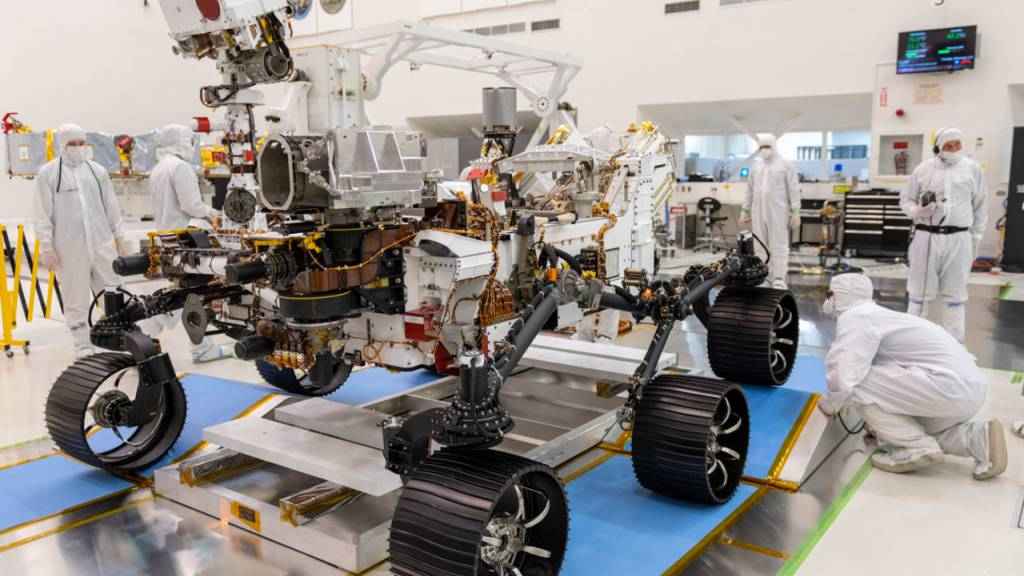 Der Mars-Rover bei seinem ersten Test in steriler Umgebung am 17. Dezember 2019.