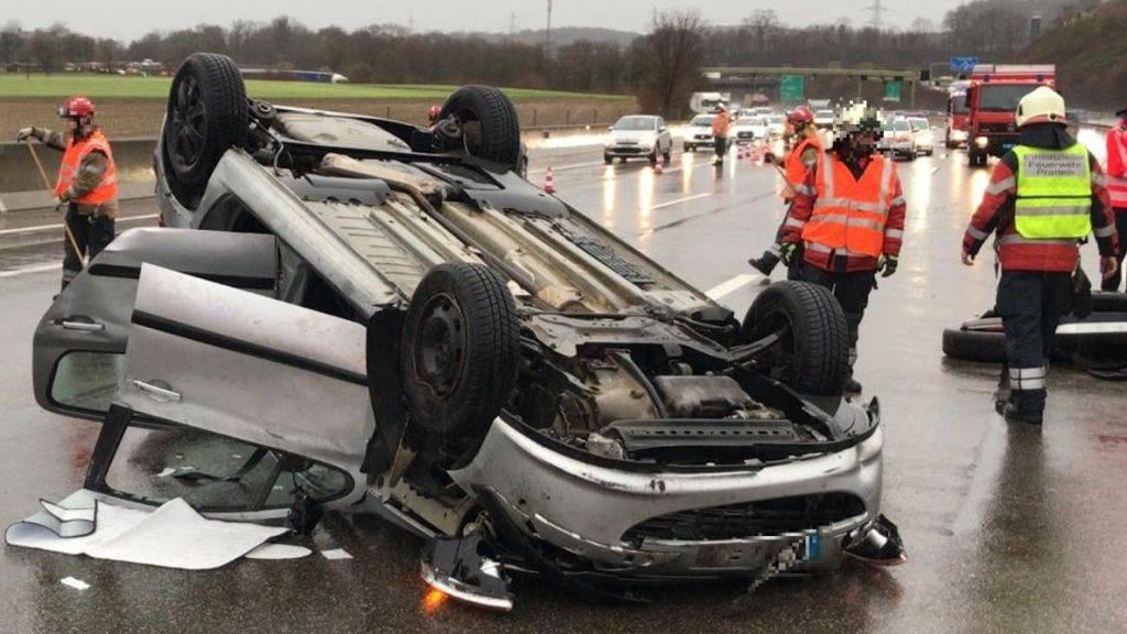 Eine Streifkollision mit einem Reisecar endete für eine 26-jährige Autolenkerin am Freitagnachmittag auf der A2 bei Pratteln BL auf dem Dach und anschliessend im Spital.