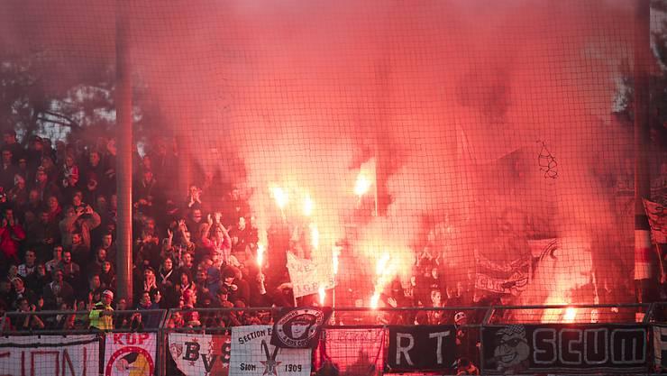 Durch einen pyrotechnischen Gegenstand aus dem Fanblock des FC Sion wurden beim Spiel vom Sonntag im Sittener Stadion zwei Kinder verletzt. (Archivbild)